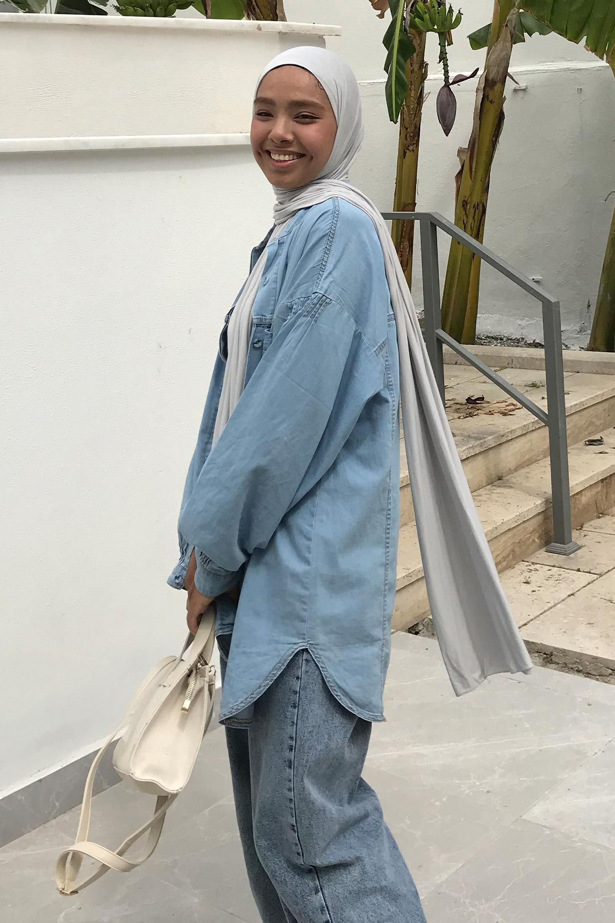 Aysha'nın Büzgü Detaylı Denim Gömlek Kombini